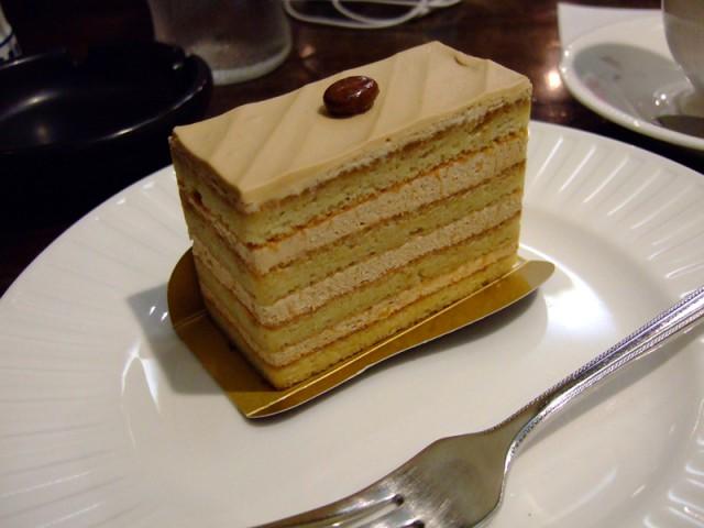 ジェガンA2型の色に限りなく近いエビアン 東一北店のカフェケーキ。